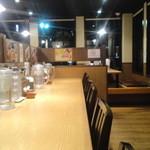 丸源ラーメン - カウンター席のほかにテーブル席、小上がり席もある店内