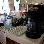ドライブイン鳥 - コーヒーをセルフサービスで用意されています。