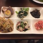 魚太郎・蔵のまち - 各種おばんざいは食べ放題(右下の鳥のササミ梅肉和えをが美味しい)