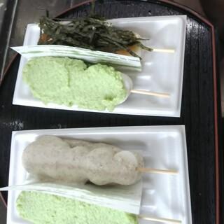 横丁とうふ店 最上川千本だんご - 料理写真:みたらし海苔、ずんだ、クルミ、ずんだ お団子の下にもあんがいっぱいです
