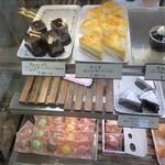 モンテポン - アイアはドイツのお菓子。教えてもらった。こちらのはラムレーズン入ってなさそう。アルハンブラもドイツなのかな?と調べたら、神戸のハイジというお菓子屋さん発祥とか。アルハンブラ宮殿。。。