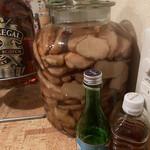 132865007 - 自家製ジンジャー。これを入れたモスコミュール。うますぎる。隣は2軒目で飲めなかった日本酒早瀬浦。