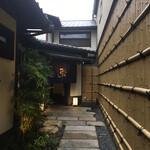 Kyounoyakinikudokorohiro - 石畳を奥に進むとお店が