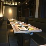 京の焼肉処 弘 - 広い店内テーブル席