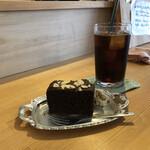 Cafe やどり木 - 料理写真:やどり木ブレンドコーヒー(アイス)495円 くずまき豆腐のガトーショコラ330円