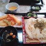 132877416 - ざるうどん大(通常は鶉玉子は1個)と天ぷら盛り合せ