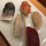 羽田 寿司幸 - 追加の五点盛り、奥から時計回りに赤貝、キスの昆布〆、漬け、細魚、大きめの小肌