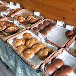麦麦ベイク - パンが並ぶ台
