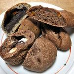 麦麦ベイク - ごまよもぎ あんぱん(左奥)& チョコクリームチーズぱん(手前)& ライ麦オレンジピールぱん