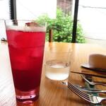 132885192 - 赤しそジュースのソーダ割り