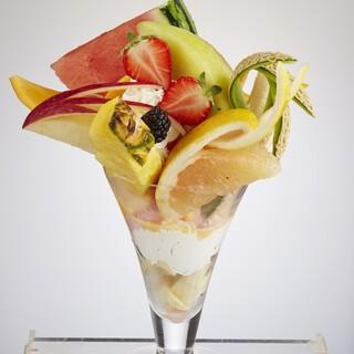 【果実園の真骨頂】約10種の果物を楽しむ『フルーツパルフェ』