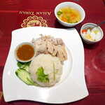 ASIAN TAWAN168 - カオマンガイ(¥880)。淡泊な蒸し鶏に、甘くてピリ辛なソースを掛けていただく一品