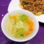 ASIAN TAWAN168 - キャベツと人参がたっぷり入った、コンソメ風味のスープ。どちらかというと甘口