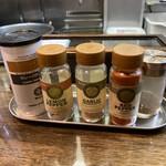 フカクサ製麺食堂 - 調味料たち