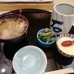 百万石 - 最初にお茶、貝と青菜の煮付け、冷製茶碗蒸し、海老の味噌汁がきます