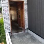 鶏 ソバ カモシ - 駐車場側入口