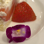カフェ叶匠寿庵 - 食べられるお花が添えられていました