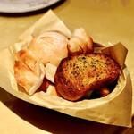 マカロニ市場 - 料理写真:ドーナッツ、ガーリックトースト、塩パンなどなどたくさん