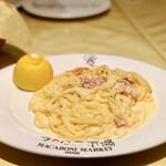 マカロニ市場 - レモンカルボナーラ@カルボナーラに添えられたレモンを絞る形