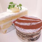 132949606 - 桃のショートケーキとティラミス