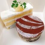 132949909 - 桃のショートケーキ(520円、奥)                       ティラミス(540円、手前)