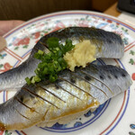 廻鮮寿し丸徳 - イワシ二種(酢飯が一つは赤酢)