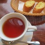 13298549 - 紅茶とガーリックトースト