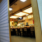 寿司万 - 個室からカウンターを見る