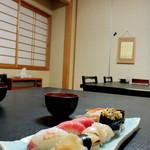 寿司万 - テーブル席にて