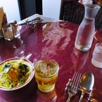 パッサージュ・ドール - ランチのサラダとフリードリンクからアップルジュース
