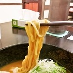 がんばり屋 - 麺のアップ(麺は細麺です)