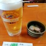 別館山田 - 生ビール、お通しの エビ入り海藻サラダ