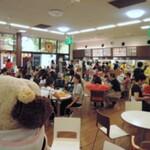 上野動物園 西園食堂 - 気候がいい時は外で食べるのがいいけど、今日はめちゃめちゃ暑いので食堂の中の方がいいね。クーラーがきいててとっても涼しいです。