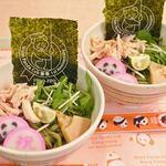 上野動物園 西園食堂 - これはかわいい~しかもすごく食欲をそそるなぁ。トッピングは、ほぐし鶏、たけのこ土佐煮、蒲鉾、水菜、すだち、海苔だよ。
