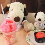 上野動物園 西園食堂 - デザートもいただくよ~!ボキはかき氷、ちびつぬはまっかなりんごのケーキ。