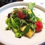てんぷら 成生 - 朝摘んできた野菜はたくさんの種類で彩るサラダに。