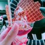 ましゅれ - 苺パフェ(¥760)。 苺ソースが甘い!