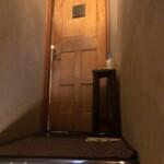 インド料理 想いの木 - 階段を上がると扉