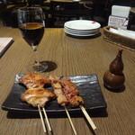 13307495 - 手羽串(タレ)、もも串(タレ)、白レバー(タレ)、キコイロッソ(赤ワイングラス)