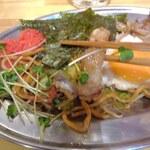 餃子と焼きそば まるき - まるきスペシャル・海苔や紅生姜とともに