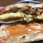 BANH MI VIET NAM - 上からチキン、玉子、薄いのがハム