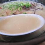 らーめん神 - 基本の豚骨ラーメンは500円です。とろりとした乳白色のスープ。ワイルドさはほとんどなく、豚骨の良さだけを凝縮した濃厚スープです。