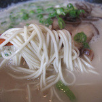 らーめん神 - 麺は自家製麺だそうで、厨房に製麺機が置いてありました。