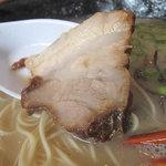 らーめん神 - 焼豚も美味しいんだなぁ。表面は香ばしく、中は繊維がホロホロ崩れる肉質。