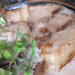 らーめん神 - 焼豚ラーメンは800円なのですけれど、半焼豚ラーメンは手が届きやすい650円です。