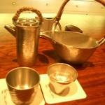 御料理 伊とう - ≪6月≫薩摩錫(ぬる燗用)と、大阪錫(旬の酒・雑賀酒・冷や用)。それぞれお猪口も錫です。