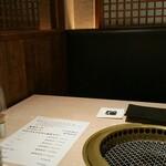 133091068 - 二人でもBOX席に通してもらえました。テーブル越しの距離は大分離れています。写っていませんが隣の席とも十分な間隔でした