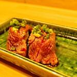 牛かつと和酒バル koda - 限定!炙り!カイノミ肉の握り \680