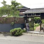 マナーハウス モトヤマ - 外観写真:入り口