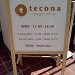 テコナ ベーグルワークス - この看板が目印。もし裏返ってたら売り切れと。。